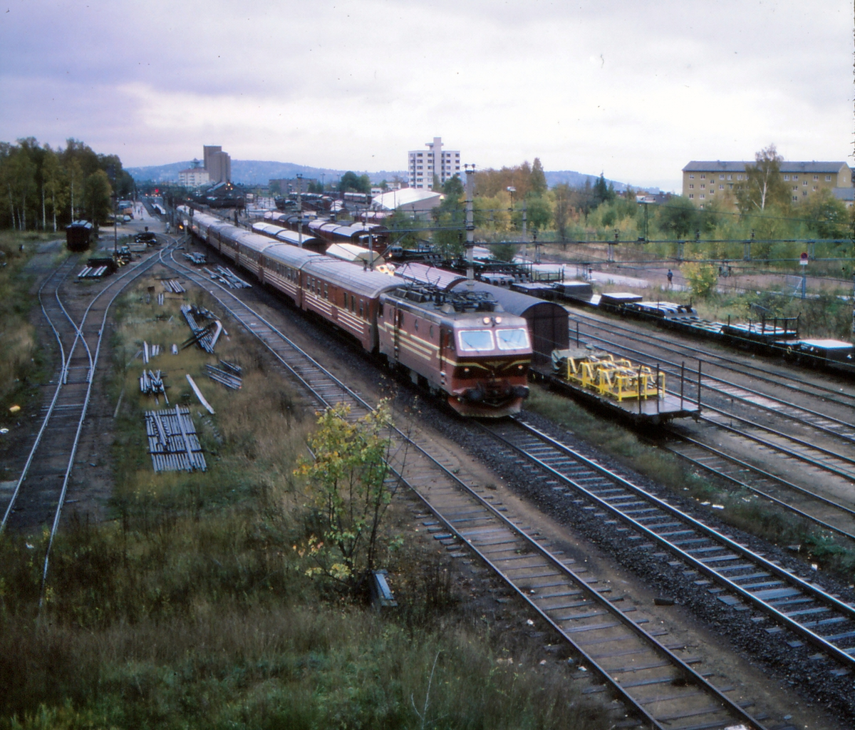 """NSB ekspresstog 63 """"Bergensekspressen"""" passerer Grefsen stasjon. Elektrisk lokomotiv NSB type El 16 og vogner type 5."""