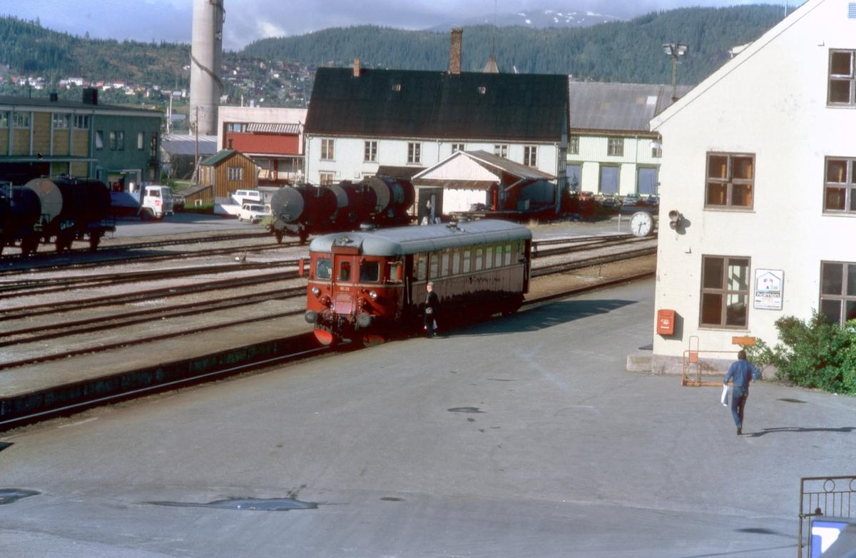 Tog 476 til Majavatn på stasjonen i Mo i Rana. Motorvogn BM 86 26.