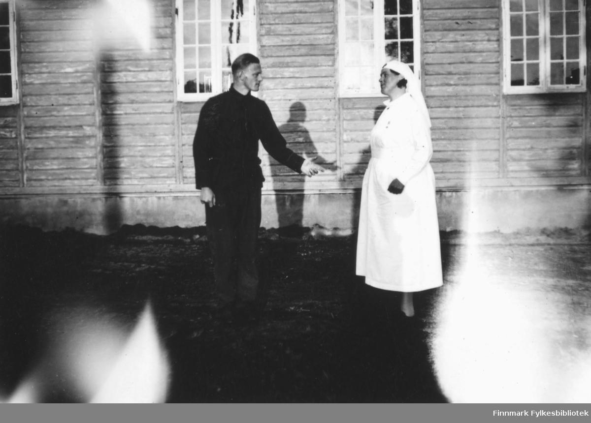 Utenfor sykestua på Altagård, Louise Moen til høyre