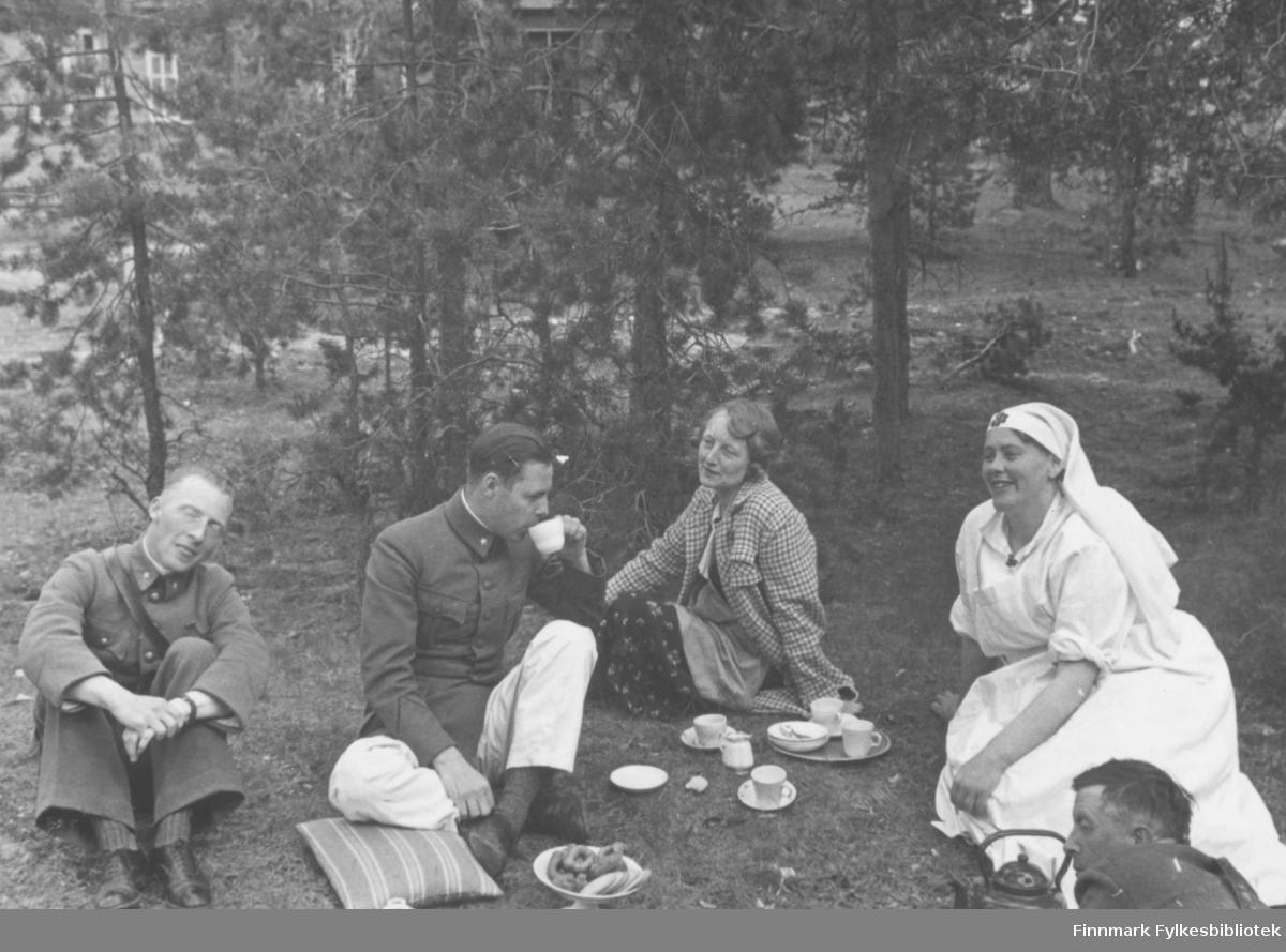 Kaffe utendørs på Altagård. Innskrift i album: Knutsen, Trygve, Dagny, L.M., Haldorsen