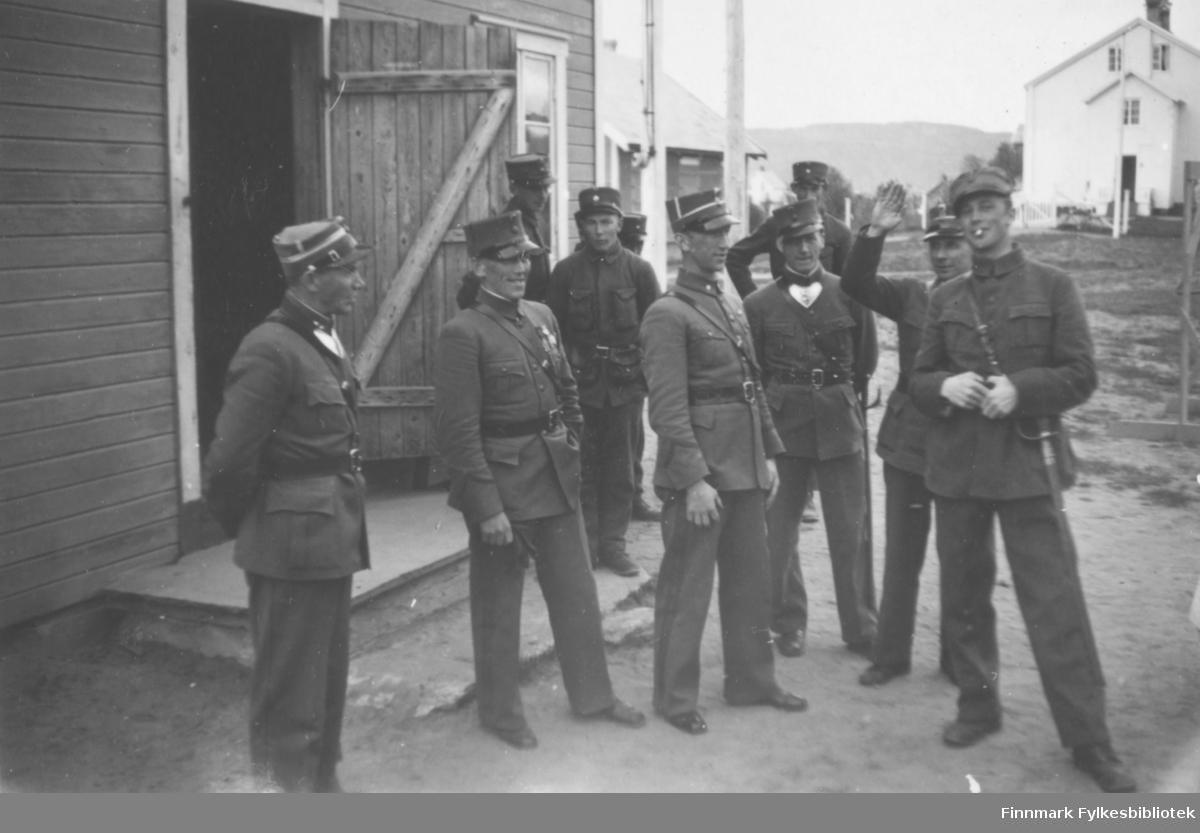 Gruppebilde av militært personell, Altagård. Fra venstre: Mansverk (? utydelig skrift), Wiggo, Eilertsen, Hoel, Olsen, Dragnes