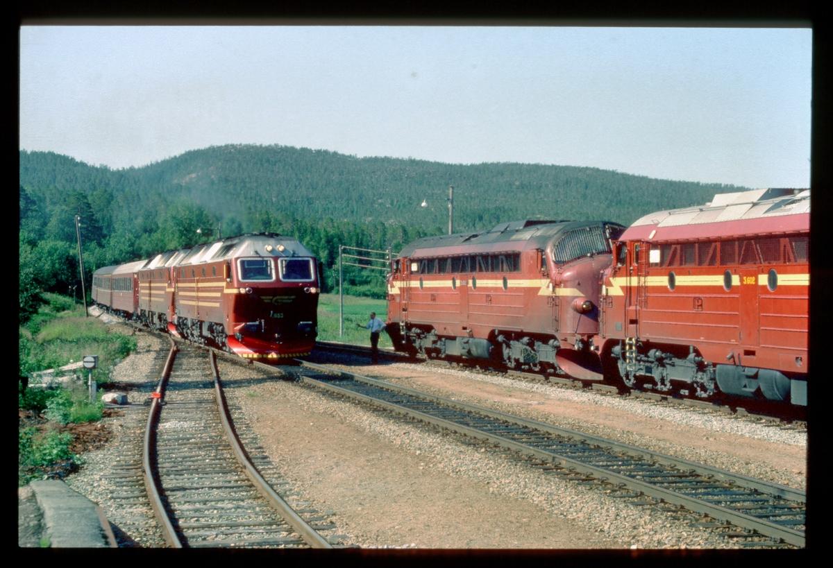 Kryssing i Valøy stasjon mellom hurtigtog 451 til Bodø, og godstog 5794 til Trondheim. Hurtigtoget har to lokomotiver type Di 4 og godstoget har to lokomotiver type Di 3. Føreren i 5794 hilser.
