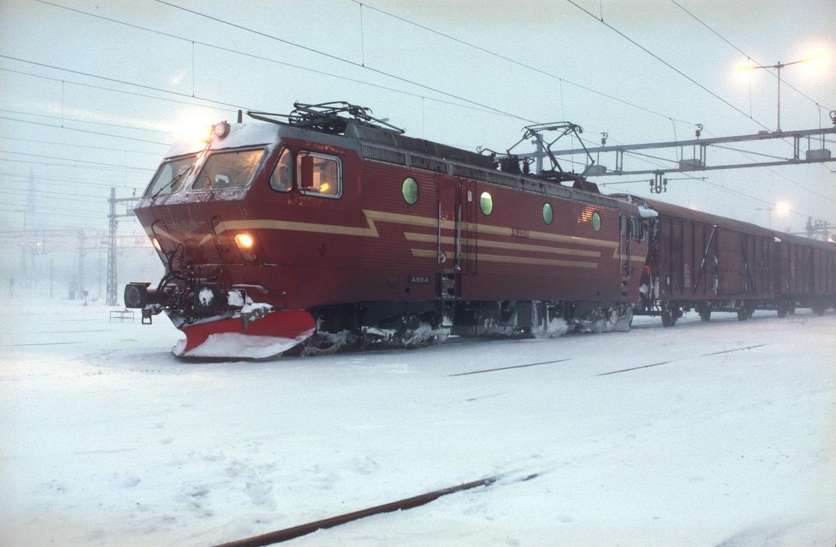 NSB godstog 4379, Alnabru - Gøteborg, på Alnabru skiftestasjon med elektrisk lokomotiv El 16 2209.