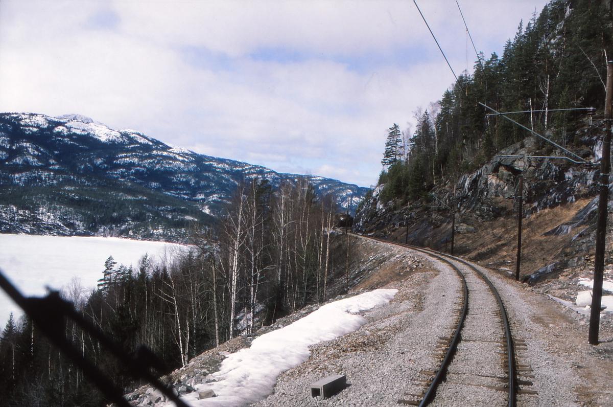 Trolldalen med utsikt mot Krøderen og Norefjell, sett fra lokomotivet i godstog 5501. Bygging av ny stasjon var påbegynt. Den gamle linjen på utsiden av fjellet skulle bli kryssingsspor, mens nytt hovedtogspor ble lagt i tunnel.
