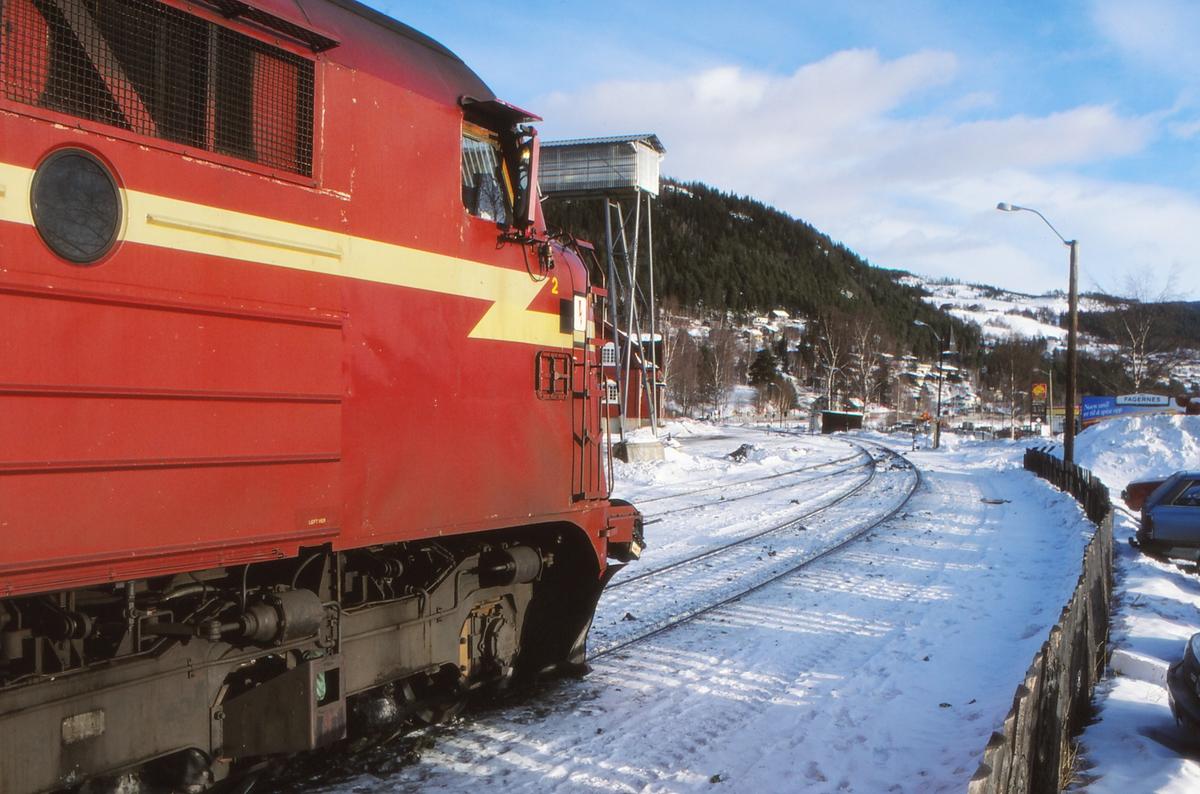 Tog til Oslo S klar til avgang på Fagernes stasjon med dieselelektrisk lokomotiv Di 3 633.