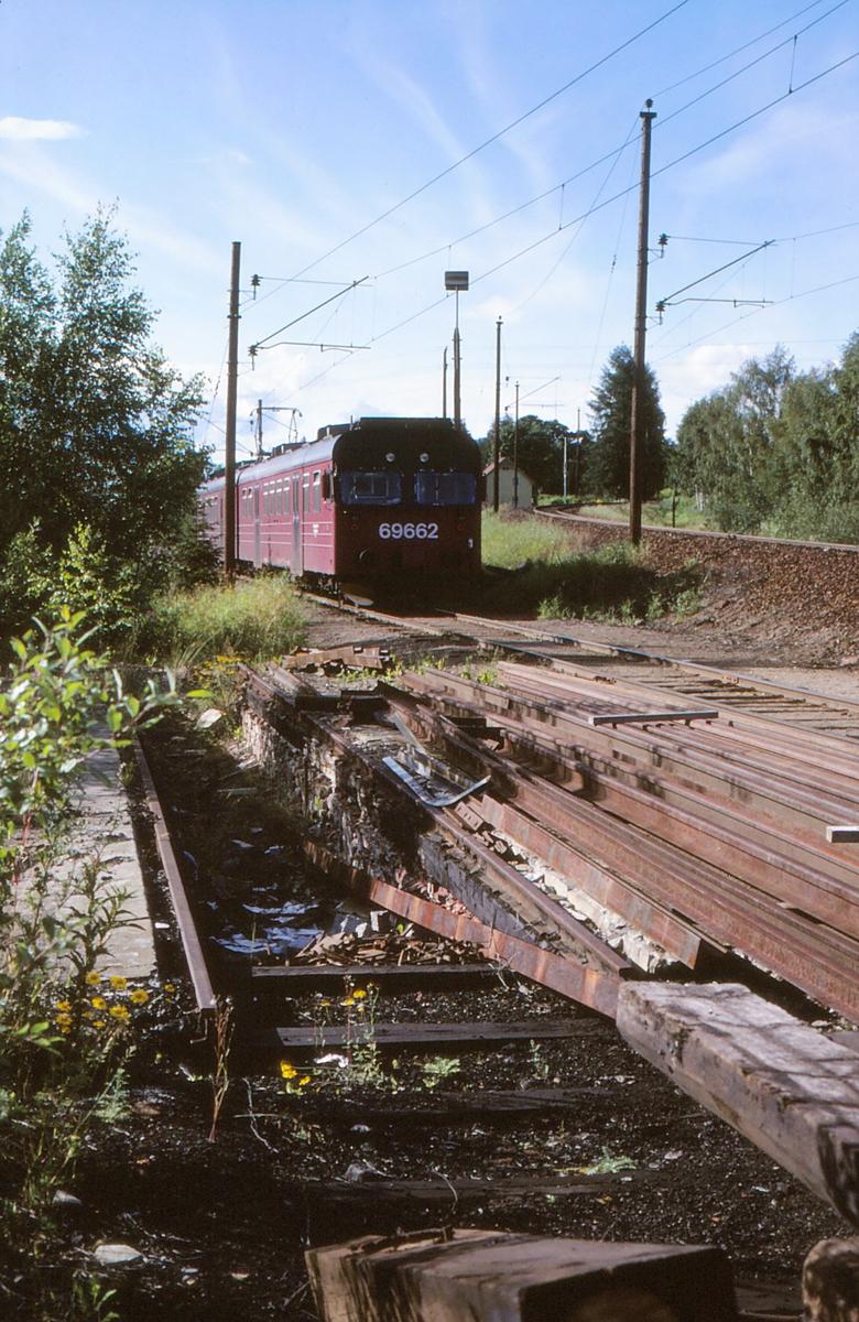 Rester av smøregrav og lokomotivstall på Jaren stasjon. Motorvognsett type 69D hensatt på Røykenviksporet. Styrevogn BS 69 662.