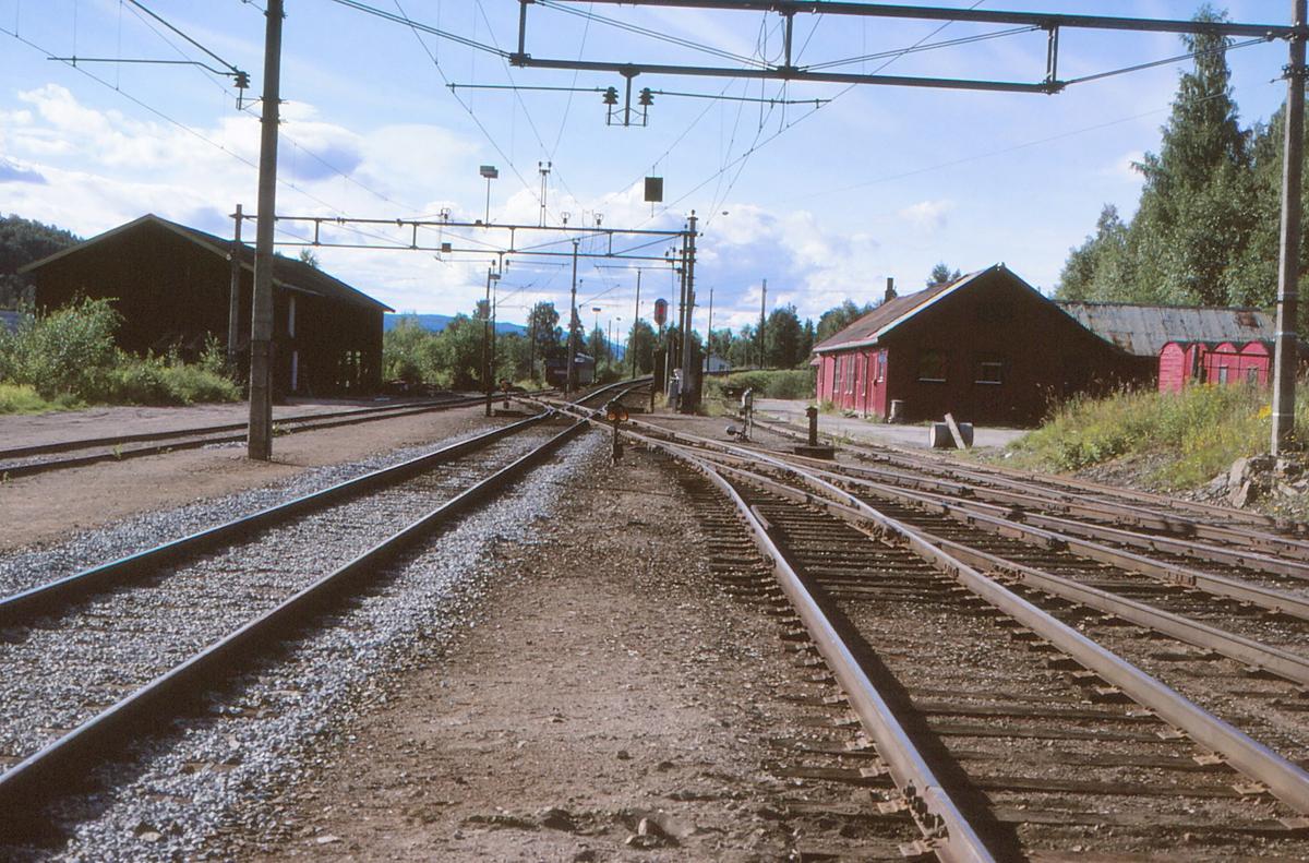 Jaren stasjon, B-enden. Vi ser utkjørhovedsignal L for kjøring mot Kutjern, og sporet mot Røykenvik. Baneavdelingens bygningner til høyre.