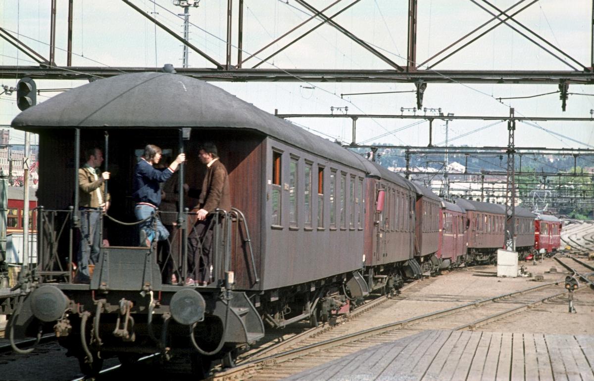 Persontog til Eidsvoll og Årnes kjører ut fra Oslo Ø. Toget ble delt i Lillestrøm. Elektrisk motorvognsett type 65. Rushtid.