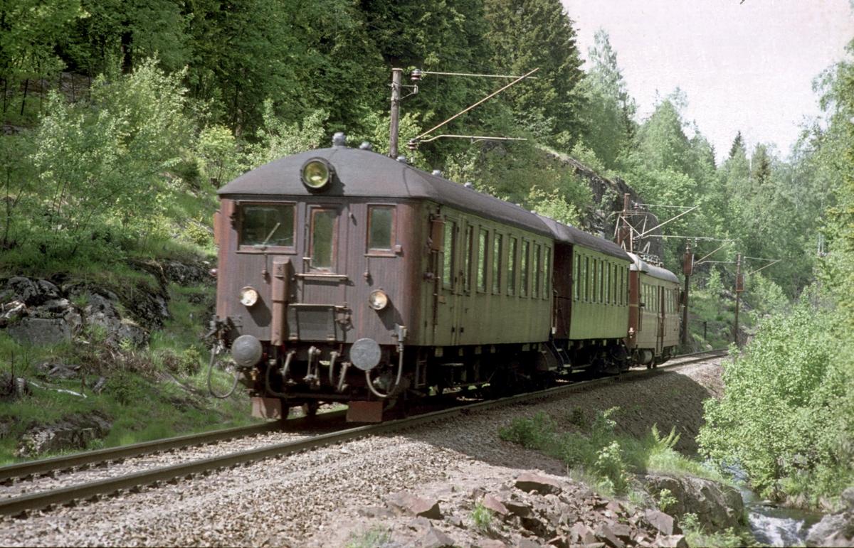 Lokaltog fra Hakadal kjører ut av Movatn stasjon i Nordmarka på vei mot Oslo Ø. Motorvognsett type 65.