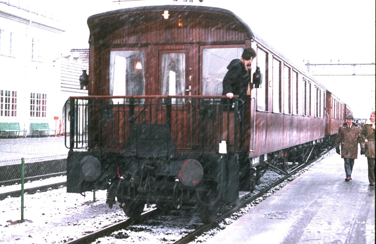 Veterantog til Rødberg på Kongsberg stasjon. Salongvogn Ao 100. Tidligere NSB hovedstyre sin salongvogn, opprinnelig utkikksvogn til Raumabanen. Under krigen Terboven sin vogn.