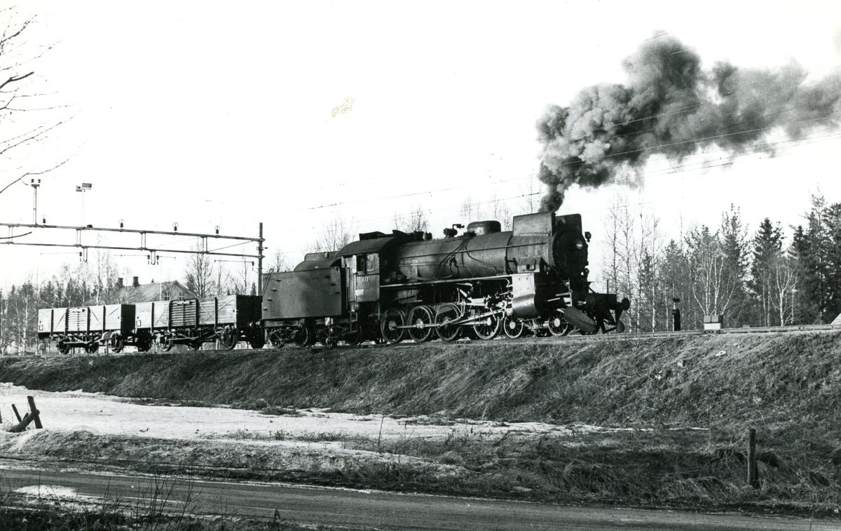 Skifting på Eina stasjon med damplok type 31b nr. 451.