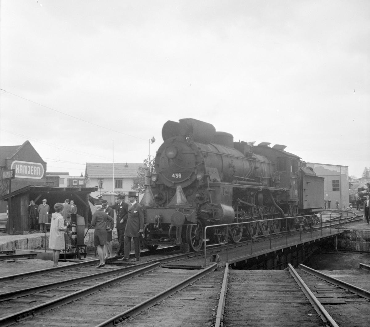 Damplok 26c 436 på svingskiva ved lokstallen på Hamar.