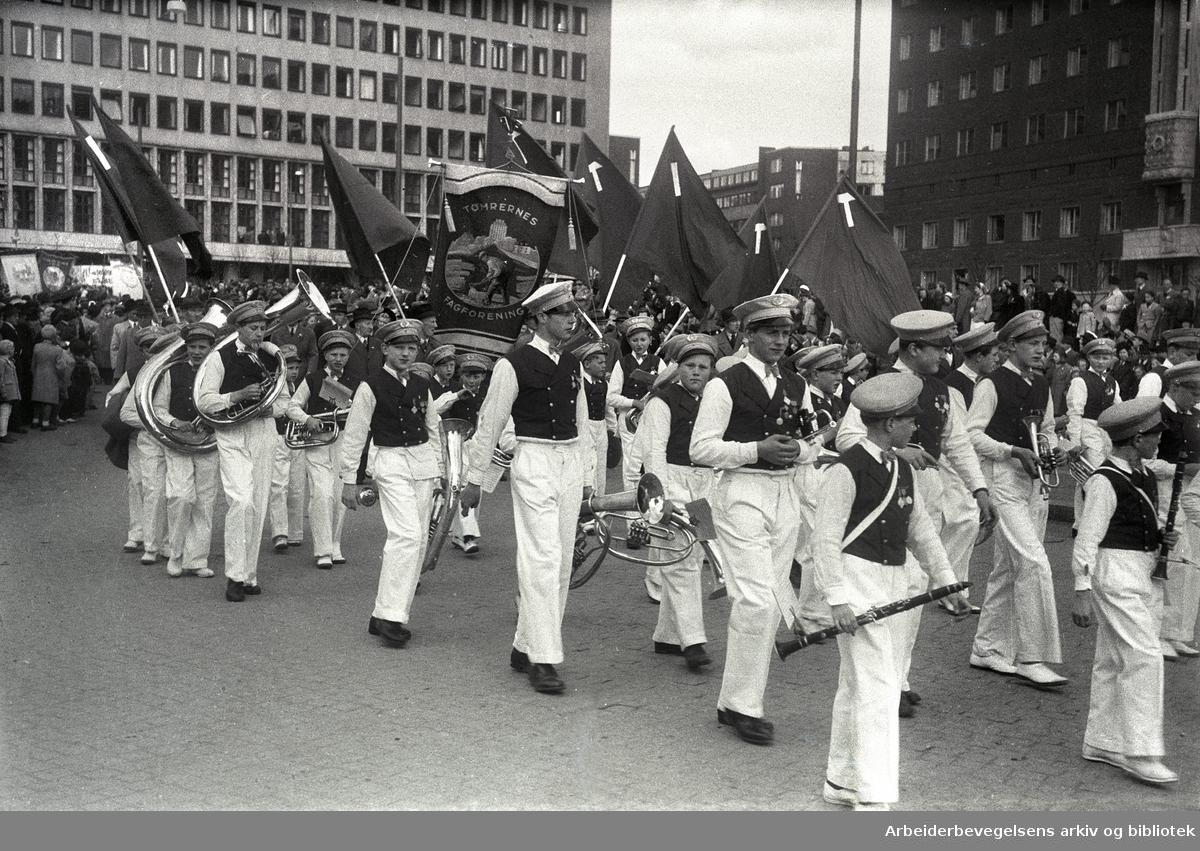 1. mai 1946, demonstrasjonstoget svinger inn på Rådhusplassen. Fane: Tømrernes Fagforening.