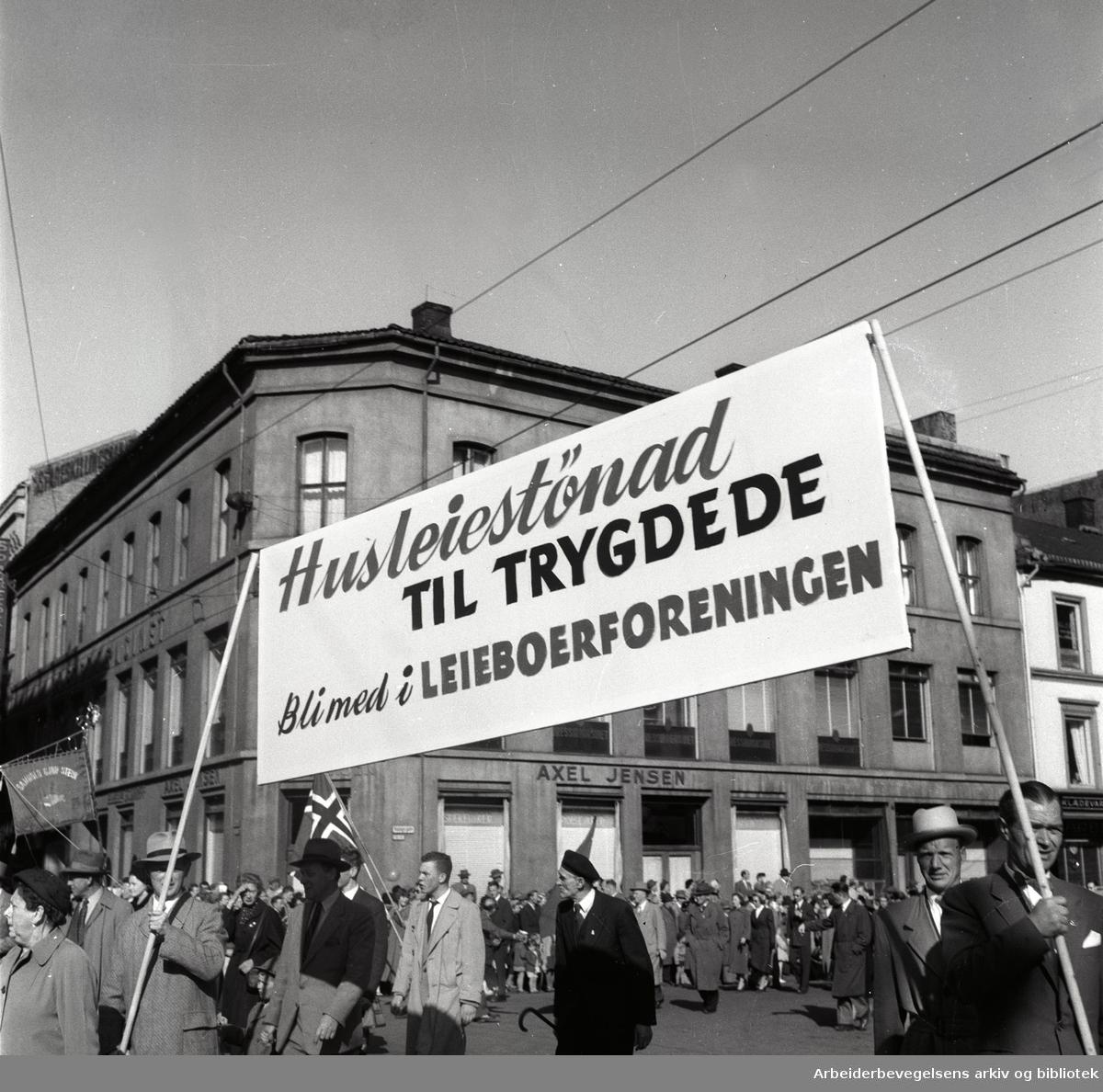 1. mai 1956, demonstrasjonstoget på Youngstorget. Parole: Husleiestønad til trygdede. Bli med i leieboerforeningen.