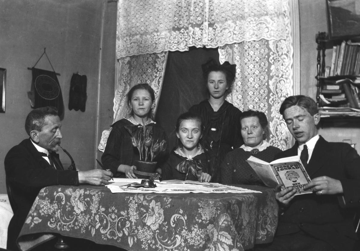 Leif Hauge sammen med familien. Leif sitter til høyre på bildet og faren til venstre. Kvinnene i midten er søstre og halvsøstre av Leif. Bilet er tatt i Bergen rundt 1920.