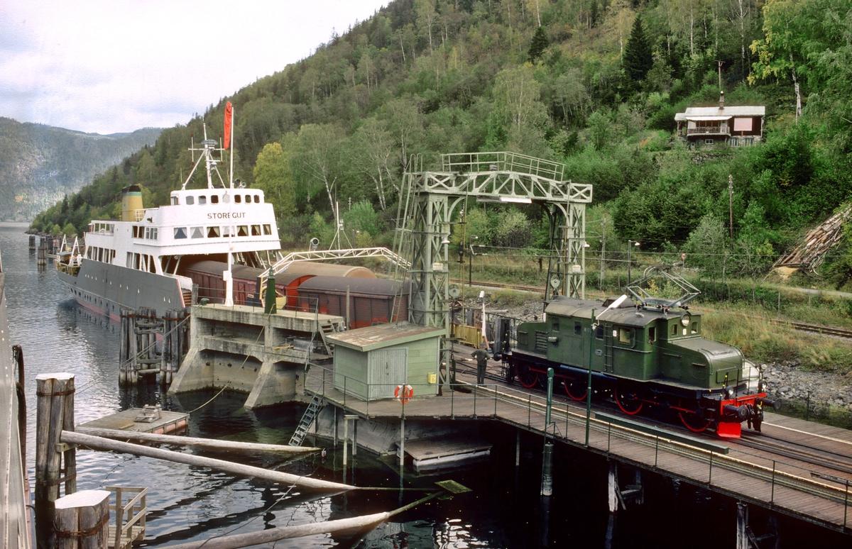 Skifting av godsvogner med skiftetau av fergen M/F Storegut på Mæl fergeleie med lokomotiv RjB 14 (Tidligere NSB El 1 2001). Bildet er tatt fra fergen D/F Ammonia. Norsk Hydro, Norsk Transportaktieselskap, Norsk Transport.