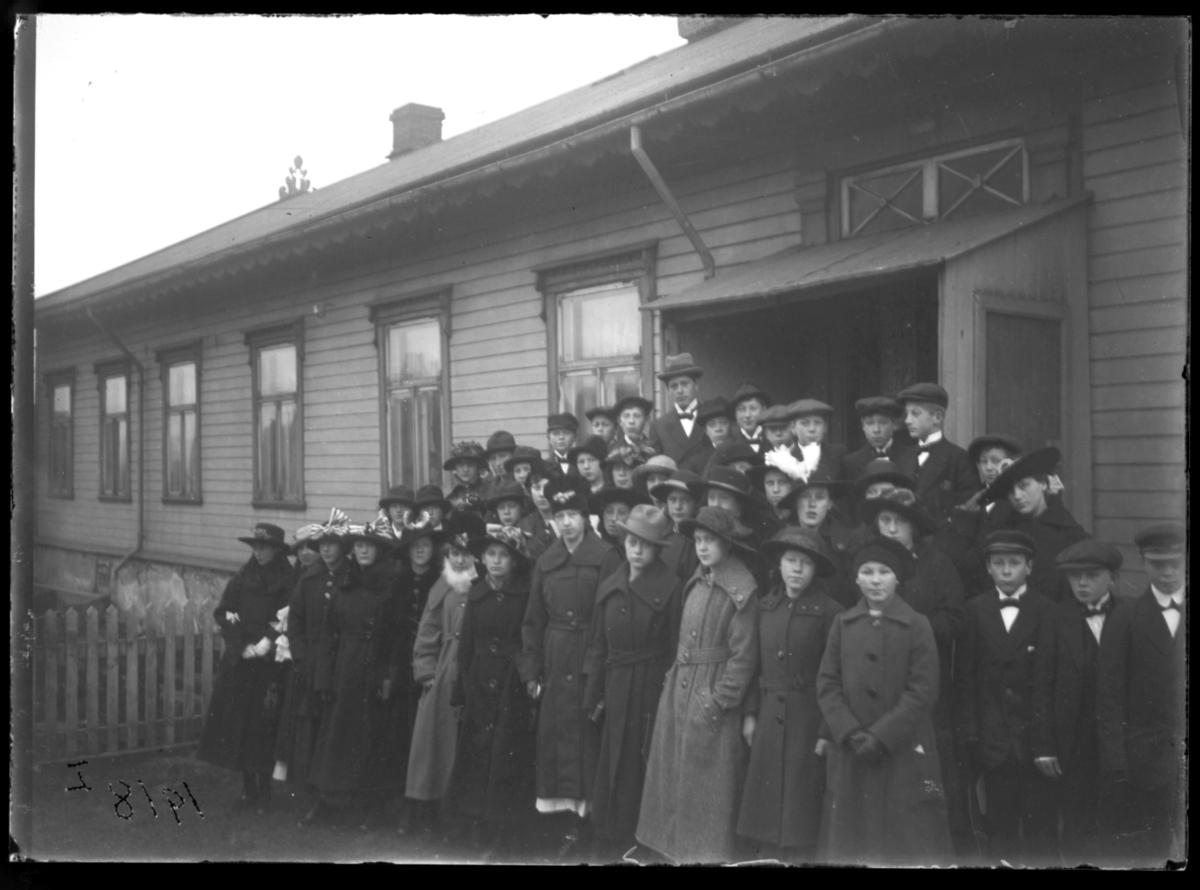 Konfirmanter fotografert på trappa til prestegården, Vardø 1918