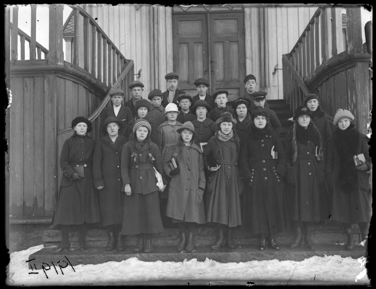 Konfirmanter fotografert på kirketrappa, Vardø 1919