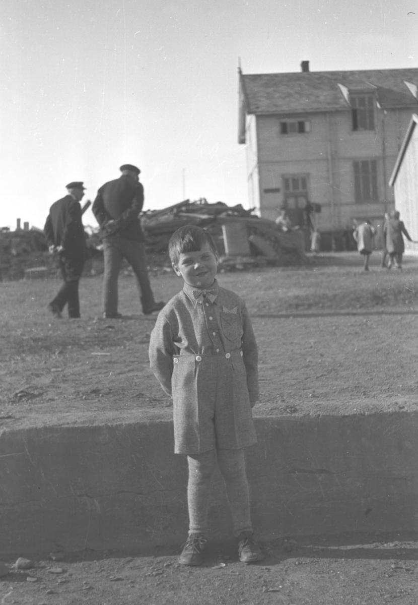 Rolf Hauge poserer for fotografen med gym-salen i bakgrunnen. Bildet er tatt 17. mai like etter 2. verdenskrig.