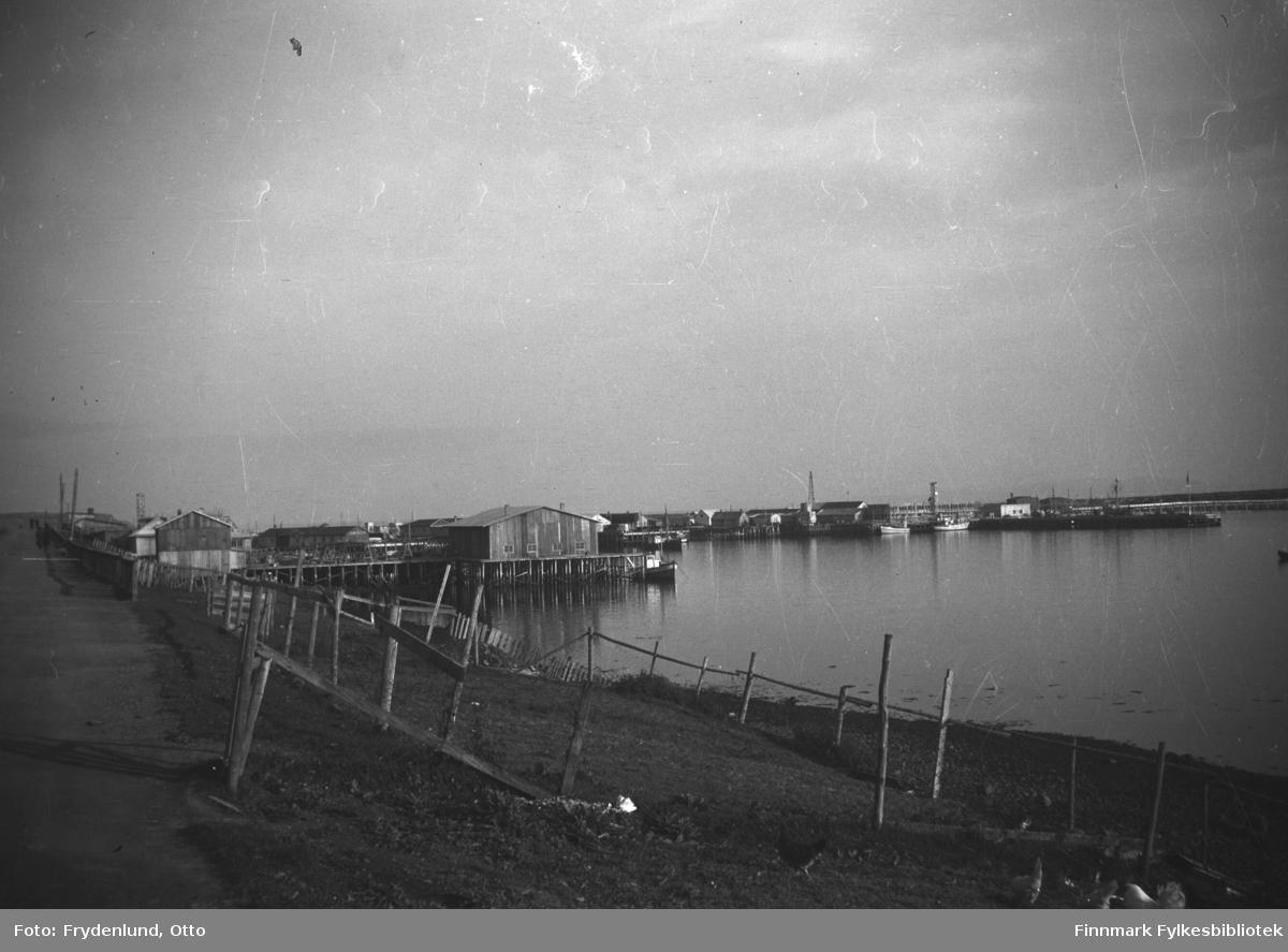 Ørtangen og samvirkekaia fotografert fra Havnegata i Vadsø