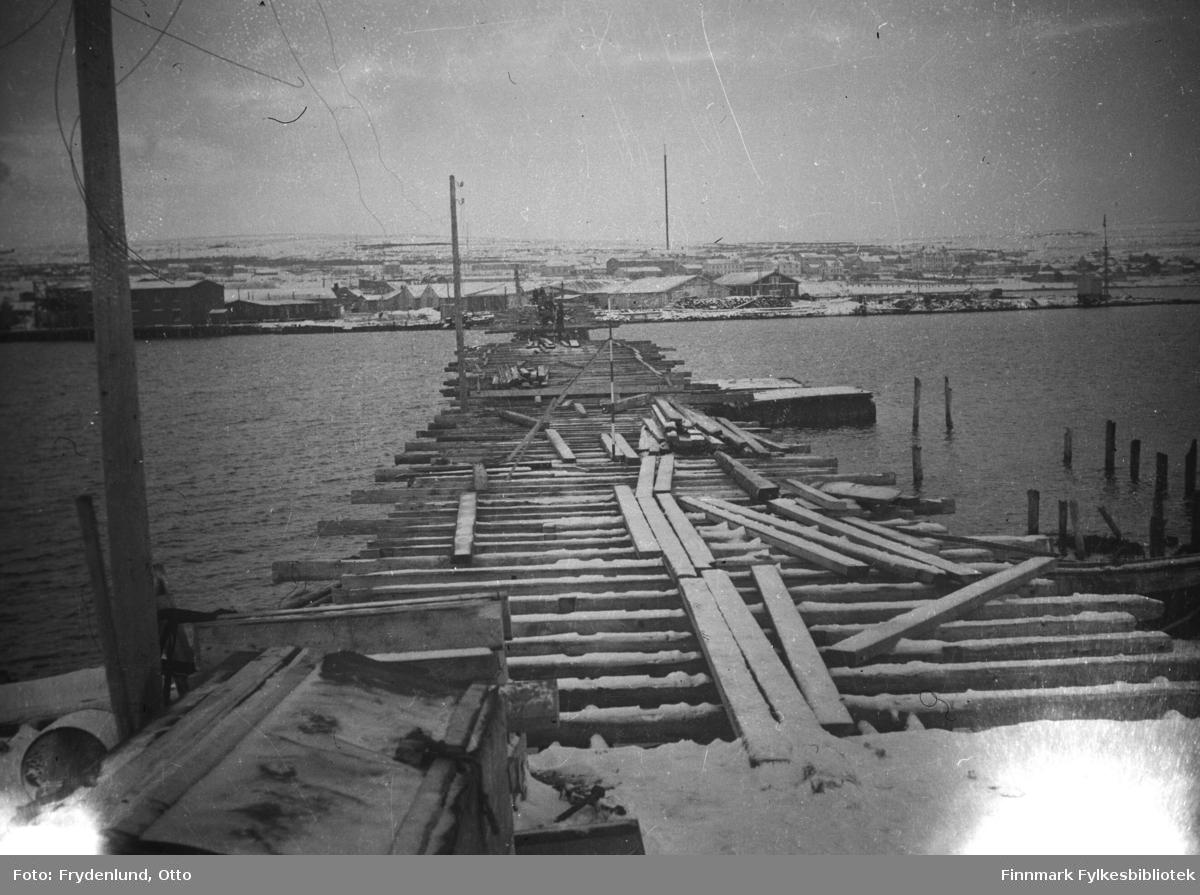 Provisorisk bro fra Vadsøya over til Ørtangen. Tyskerne bygde den første broa, men den ble ødelagt under tilbaketrekninga. Ny bro ble satt opp i 1946, antakelig var byggeleder Arnulf Ekeland ansvarlig for prosjektet, jfr. albuminnskrift