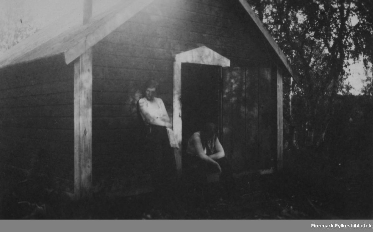 Solveig Evanger og Ella Gunnari hviler utenfor slåttehytta. Inne i hytta var det fullt av røyk som jentene trodde skulle jage myggen bort. Men det var de som måtte kapitulere og gå hjem.