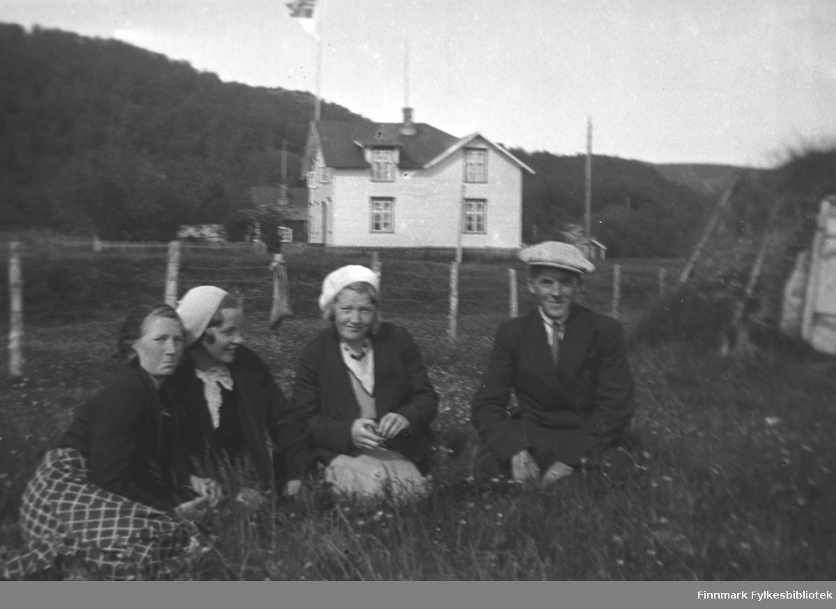 Mikkola-ungdommer fotografert i enga foran John Haaheims hus. De er pent kledd og det flagges. Til høyre i bildet en torvgamme der Mikkolas pleide å stelle hesten Borken