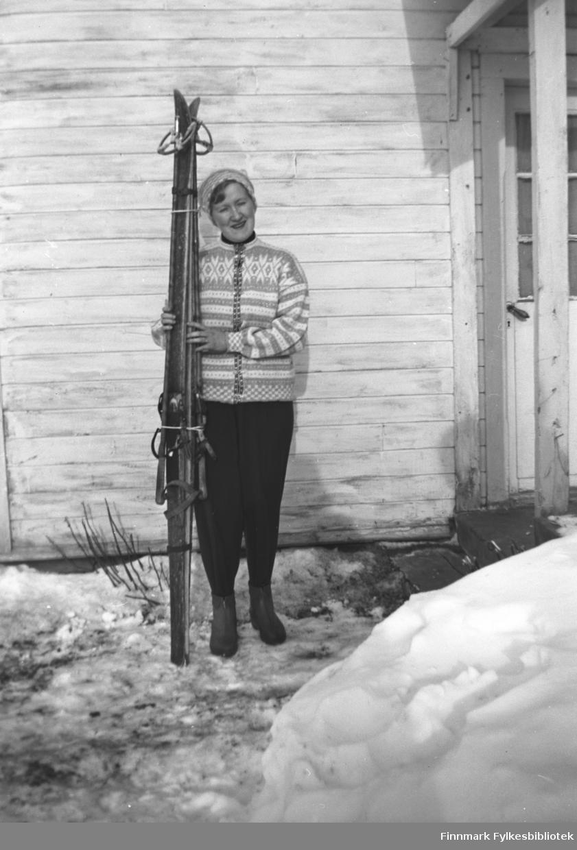 Herlaug Mikkola klar til skitur. Hun har en fin strikket ullkofte og treski