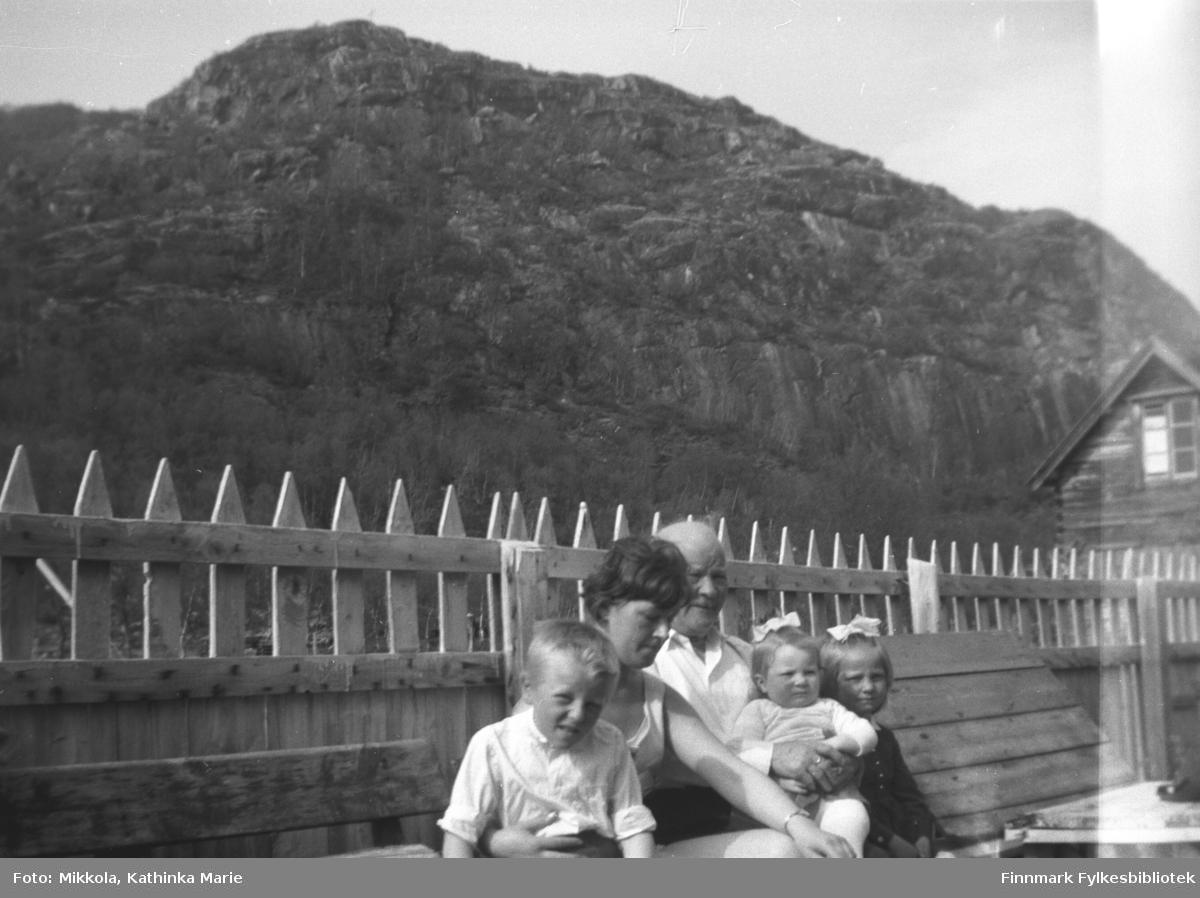 I hagen på Mikkelsnes. Bestefar Aksel Konrad Mikkola sammen med barnebarna, fra venstre: Asle Lindseth, Grete Lill Olsen, Inger og Anita Lindseth