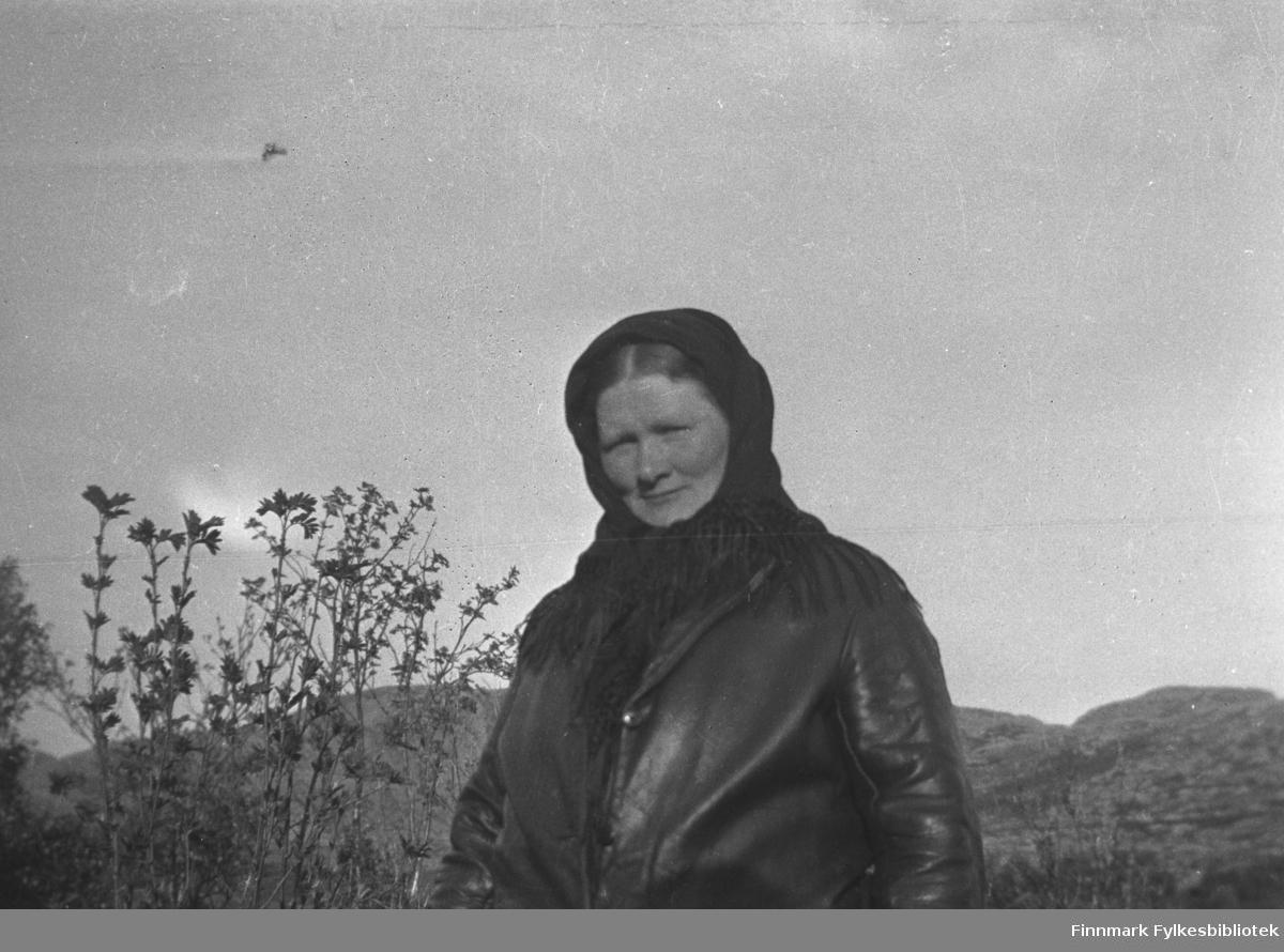 Kathinka Mikkola fotografert ute på Mikkelsnes, ca. 1920