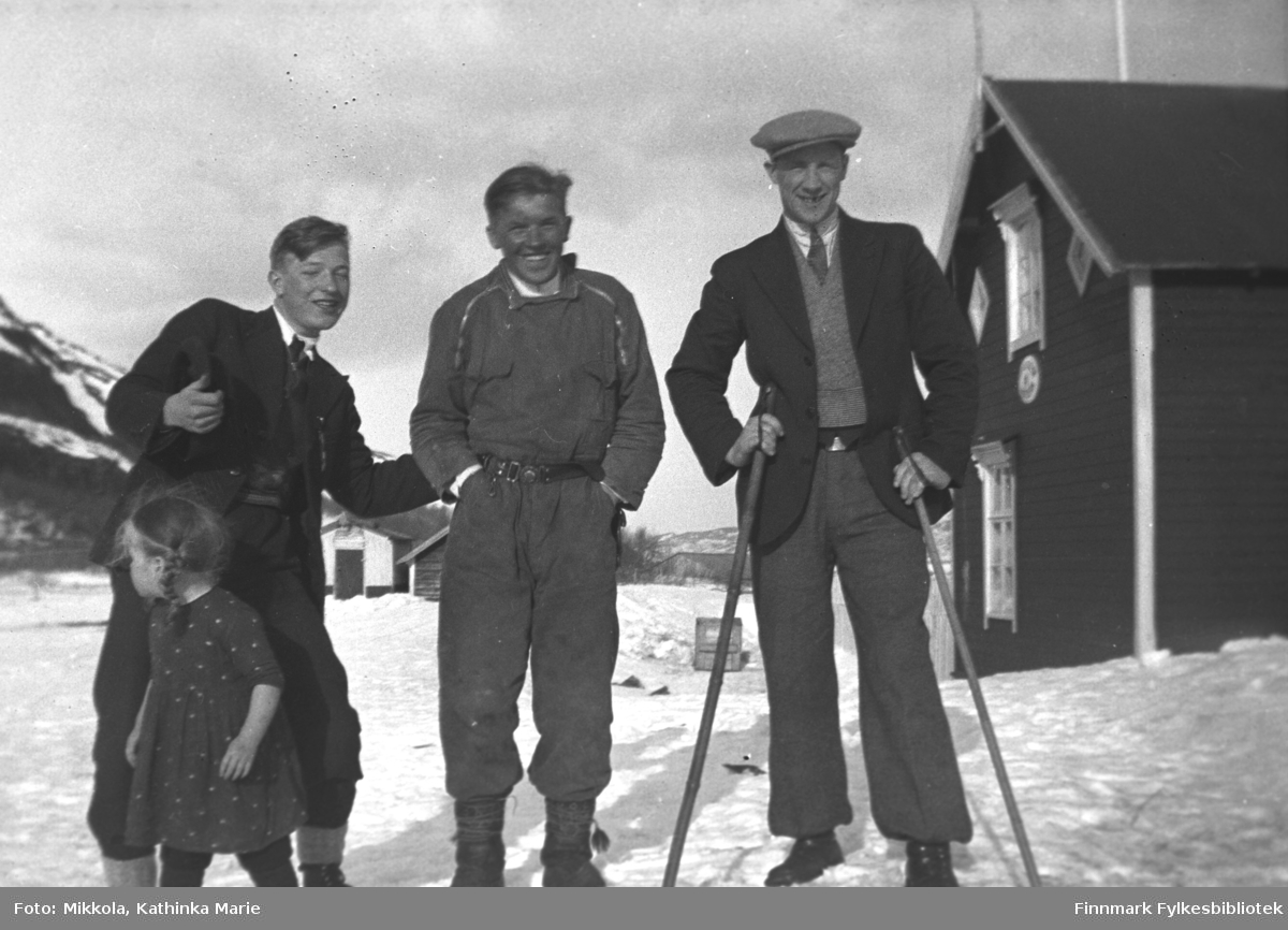 Ablegøyer på Mikkelsnes, ca. 1935-1936. Fra venstre: Storm og Leif Mikkola, Per Sivle Olsen med skistaver. Den lille jenta foran Storm er hans lillesøster Herlaug