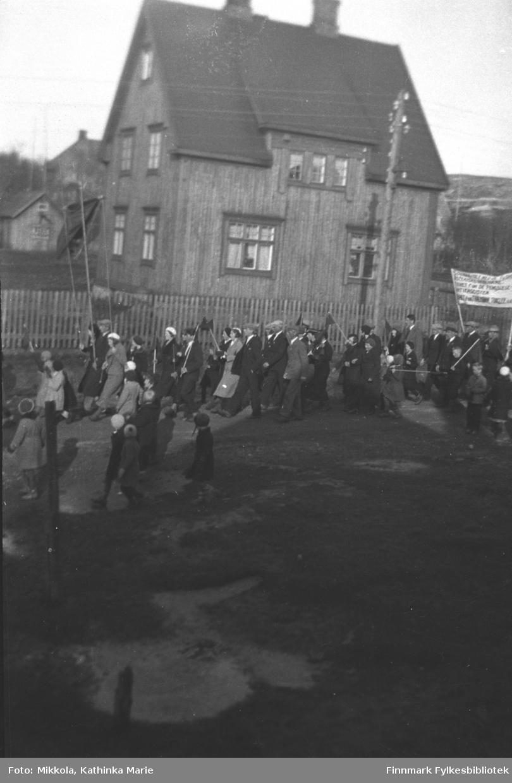 1. mai-tog i Kirkenes, bildet er antakelig tatt på Haganes. Bildet er tatt ved samme anledning som 05007-467