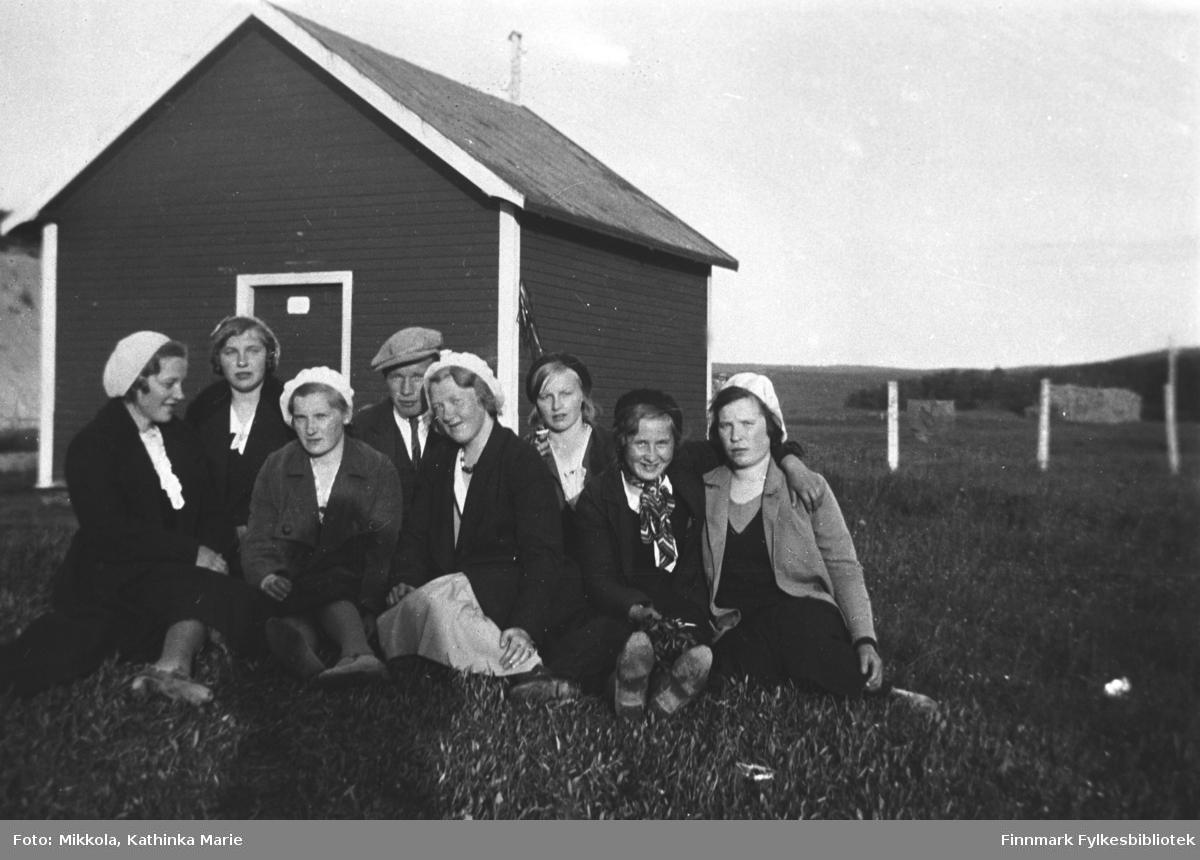 Ungdommer i Neiden, ca. 1935-1939. Fra venstre: Signe og Frida Mikkola. Så en kvinne med etternavn Labahå, men ukjent fornavn. Deretter Frans Labahå, Synnøve Mikkola, Alfine Hallonen, Hilma Labahå og Lule Kaikonen. Alle jentene har alpeluer!