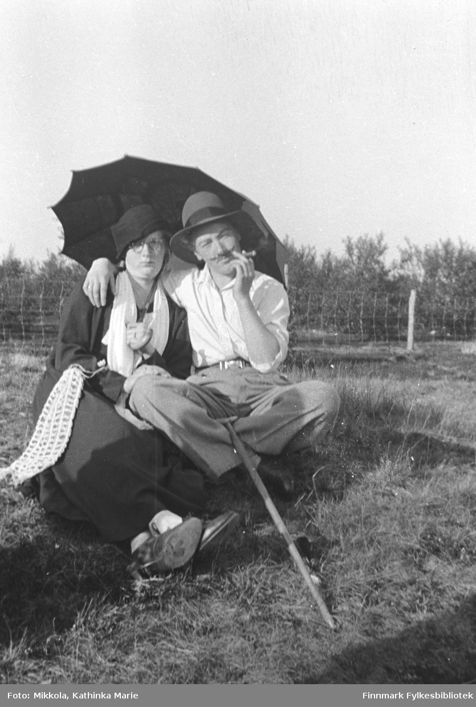 Tullebilde - Marine (til venstre) og Synnøve Mikkola har kledd seg ut som amerikanere på ferie!