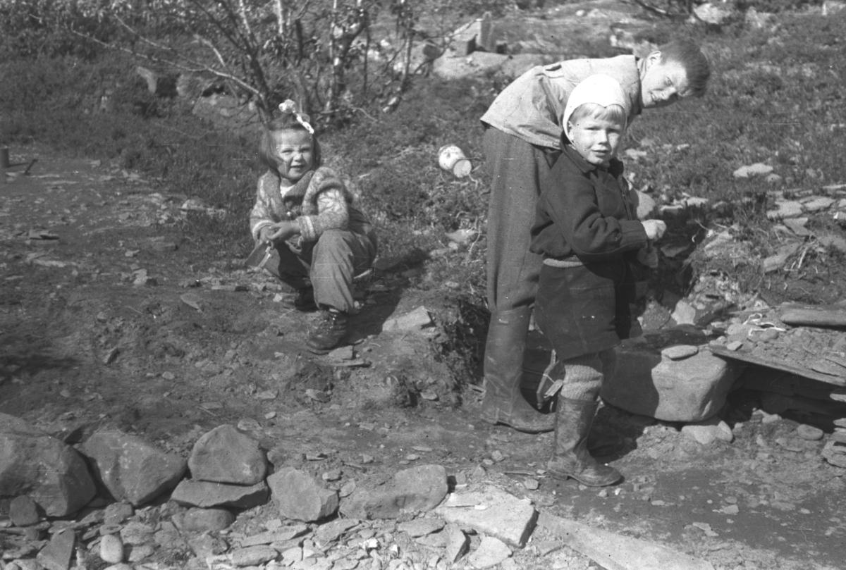 Tre barn på hytta i Andersby under krigen. De er fra venstre: Liv Inger Olsen, Tor Hauge og Jan Erling Olsen.