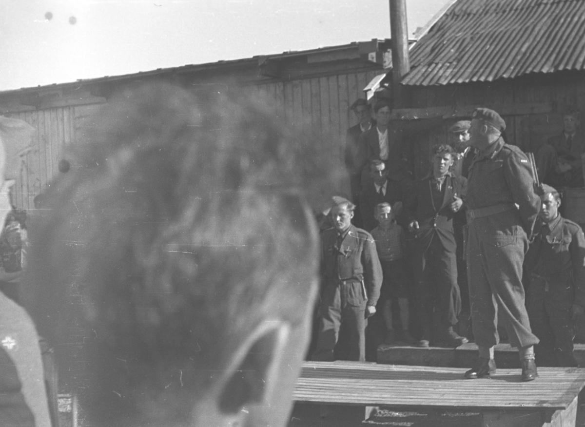 Daværende kronprins Olav på podiet i forbindelse med kongebesøket i Vadsø i 1946.