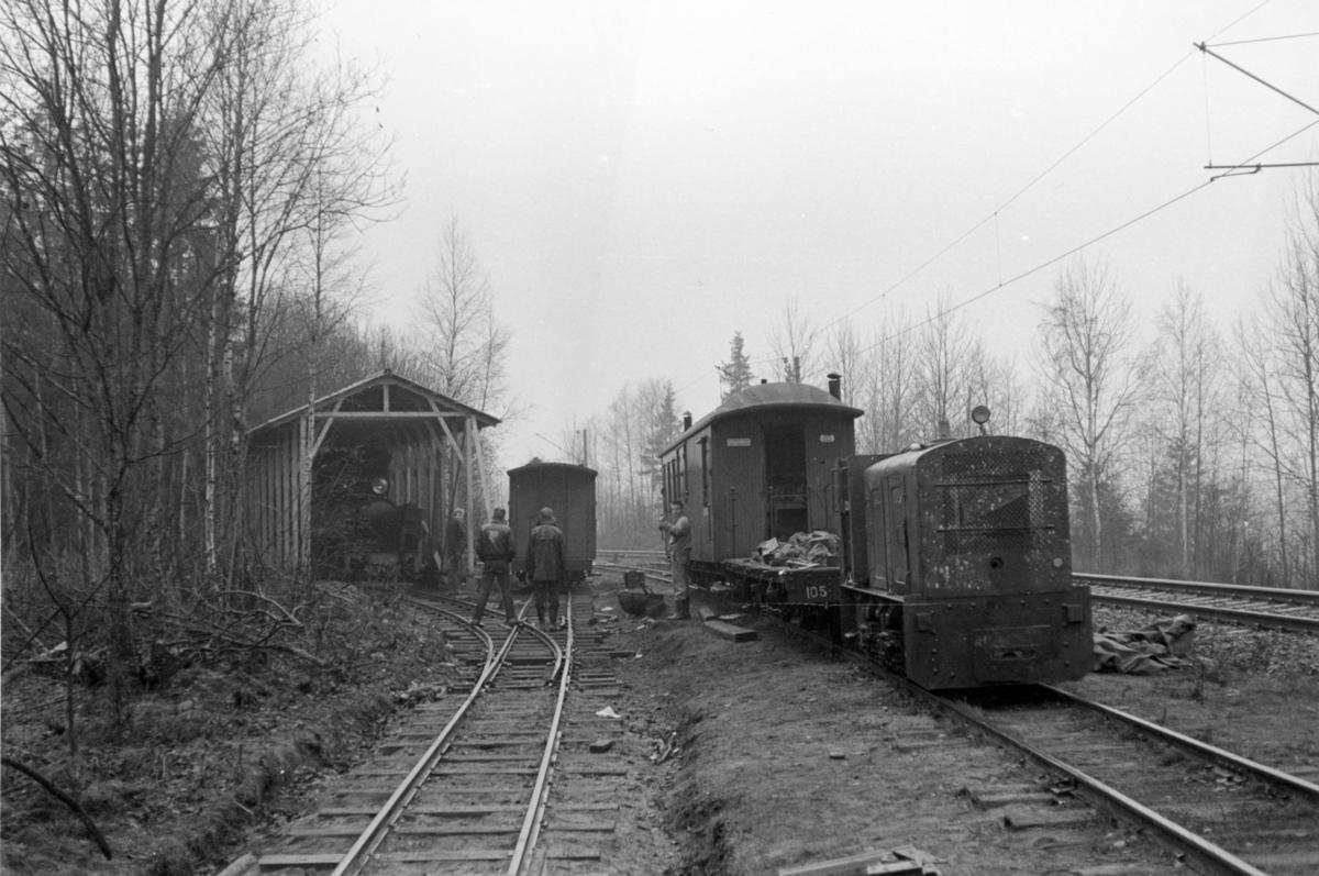 Dugnadsarbeid på Bingsfoss stasjon i forbindelse med etablering av museumsjernbanen. Diverse hensatt materiell.