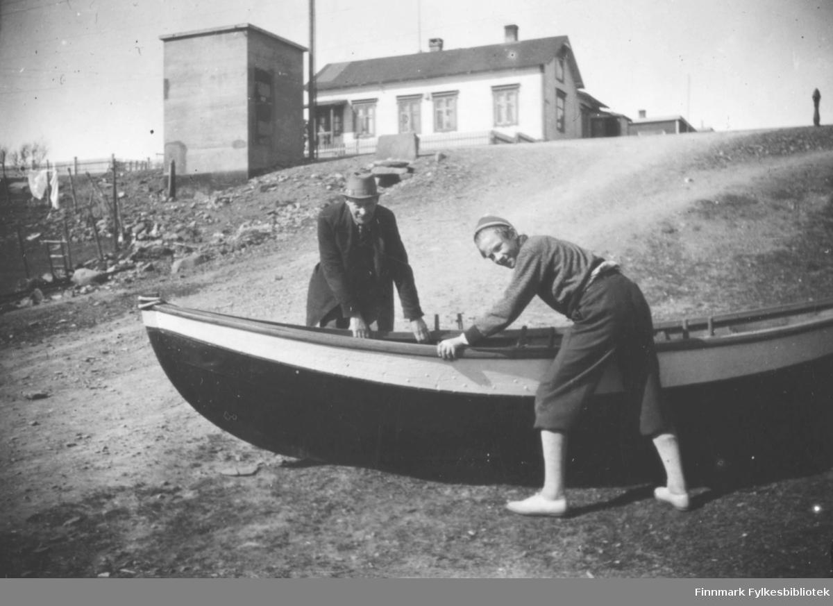 Alfred Amundsen og Tor Hauge. Bestefar hadde ordnet en spissbåt som var håndgranatsprengt.Prost Balkesgt. Ballo huset oppe i bakgrunnen, samt transformatorkiosken før den ble miljøvennlig malt.