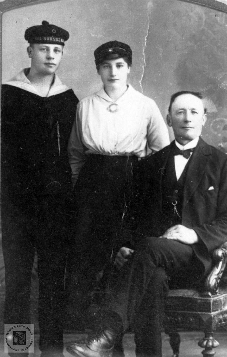 Familieportrett. Far, sønn og datter.