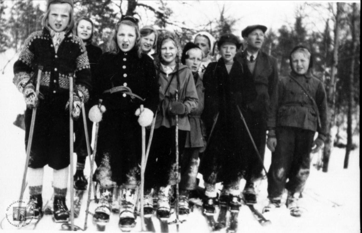 Haraldstad og Rydlend skule på skitur til Skogknuden.