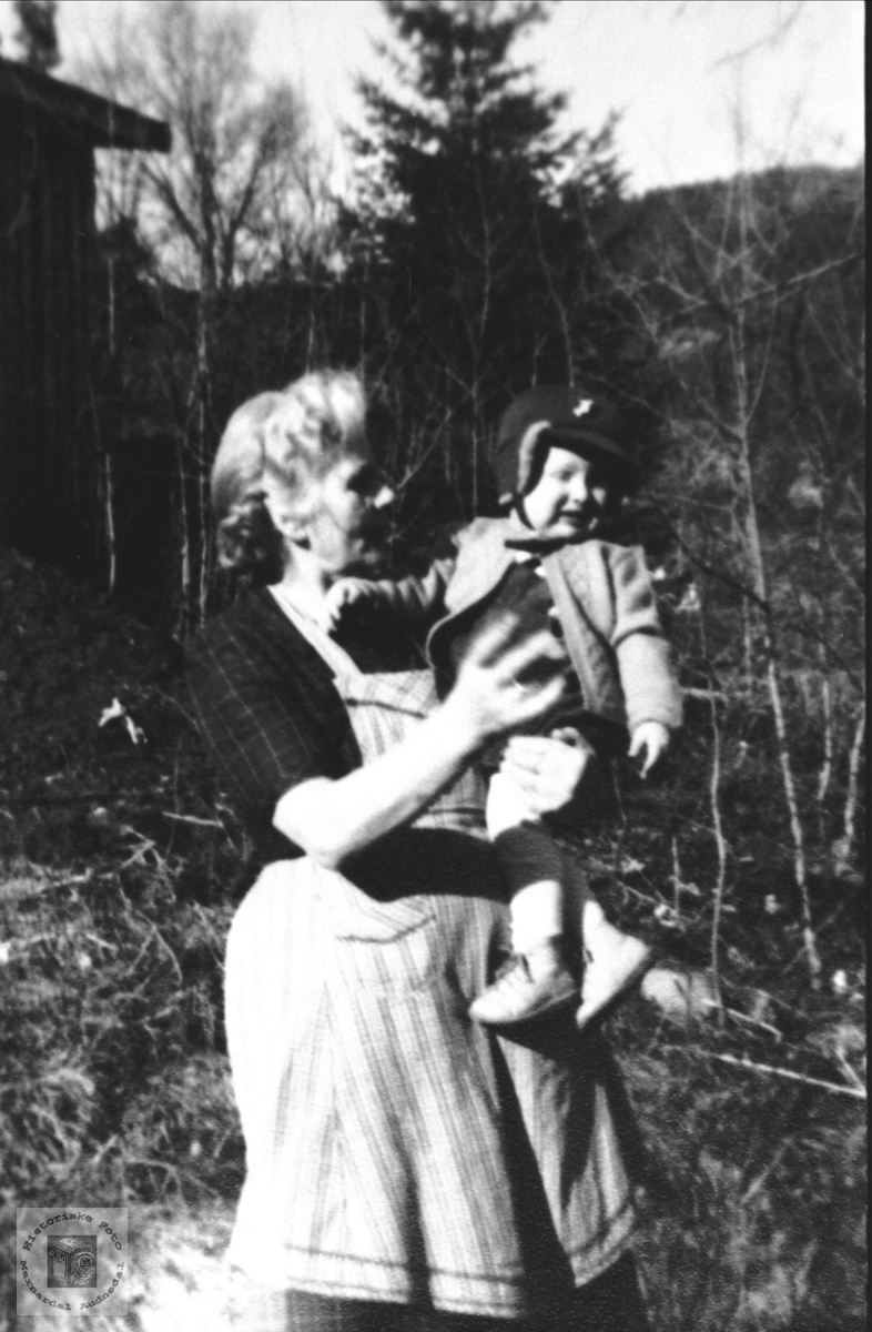 Mormor og barnebarn. Olevine Sveinall og JarlHaugland.