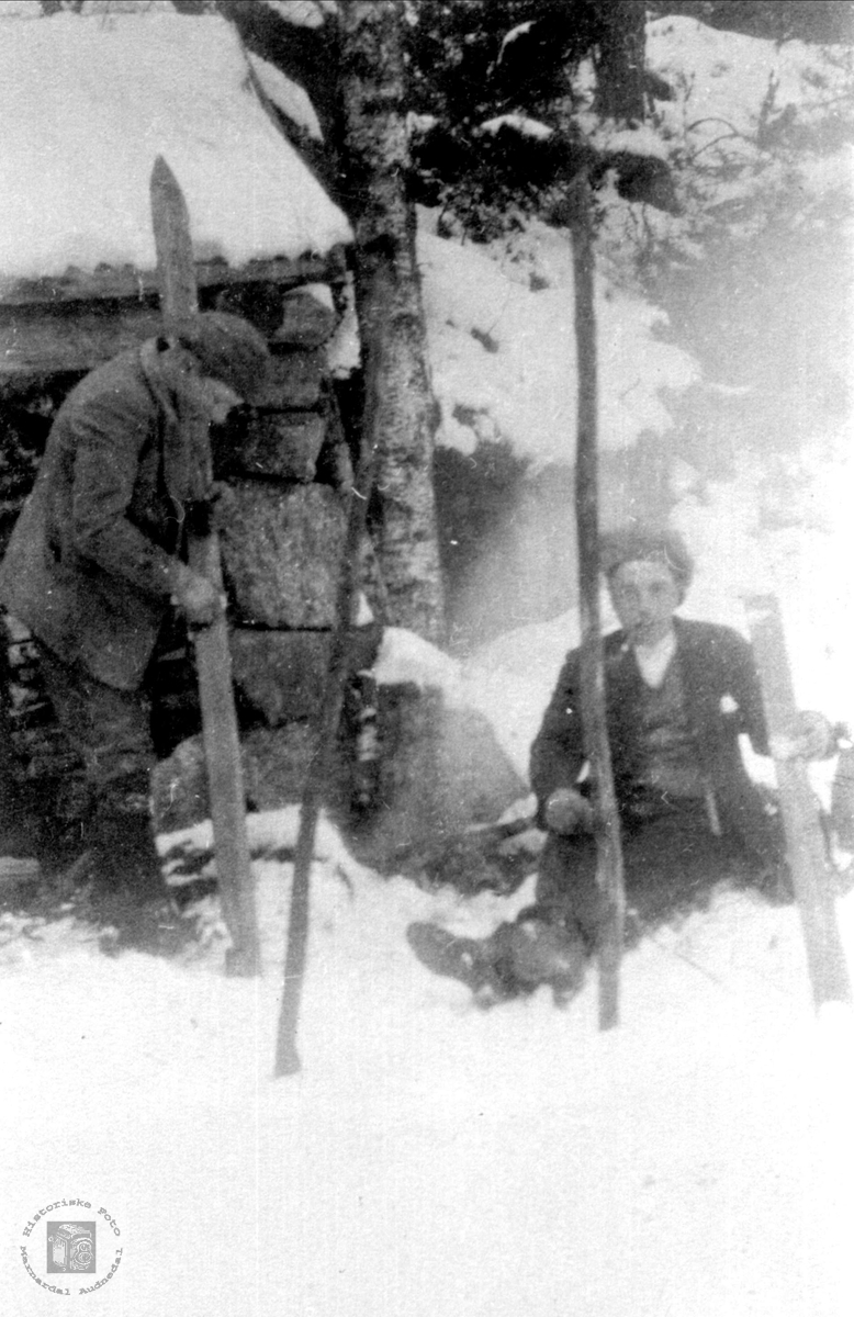 Skiene må smøres. Alfred Glomsaker og Sigurd B. Kleveland.