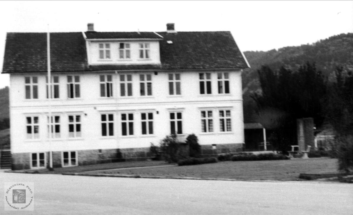 Kommune- og skolehus, Øyslebø.