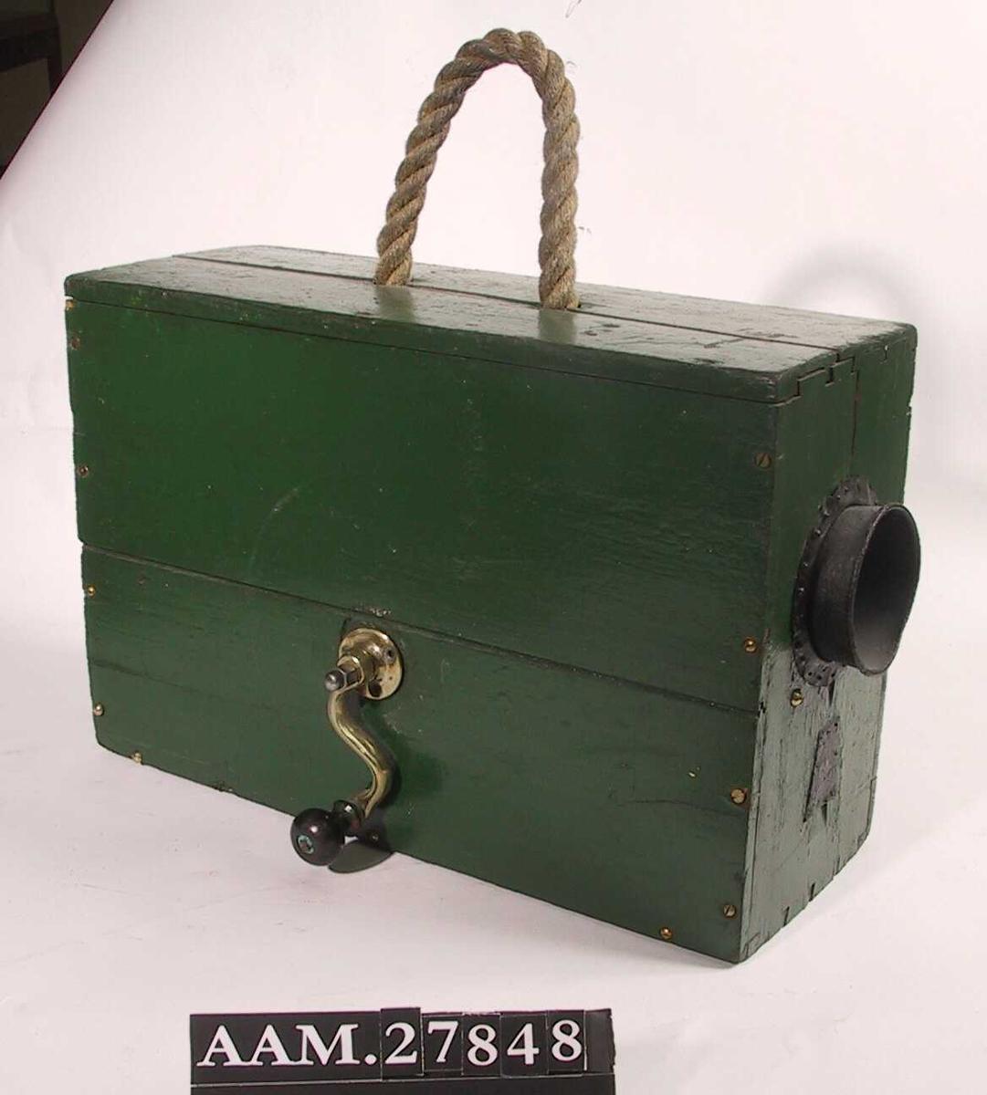 Rektangulær kasse m. roppertut og sveiv, bærereim av taustropp.