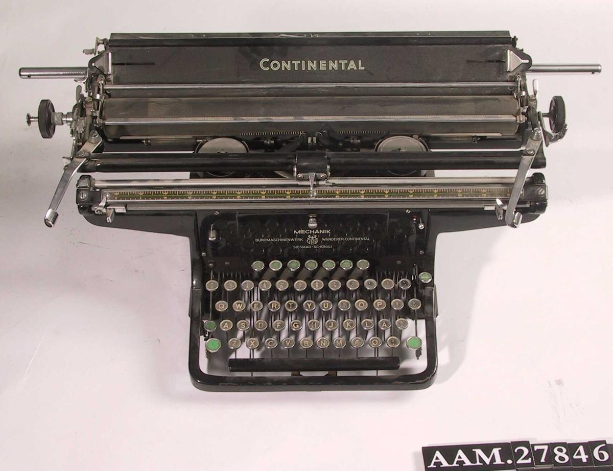 Skrivemaskin. Spesialmaskin med vogn i stor bredde. Sortlakkert.