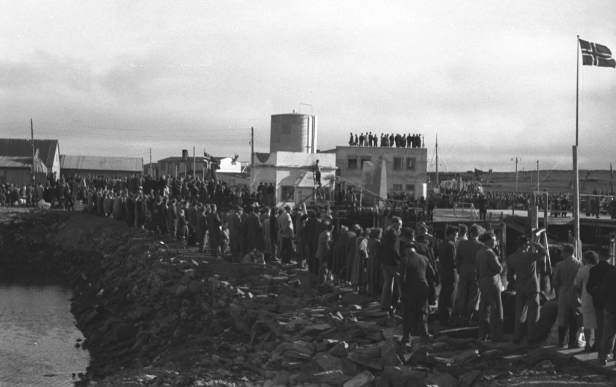 En stor folkemengde samlet i havneområdet i Vadsø sentrum. Anledningen er ukjent.
