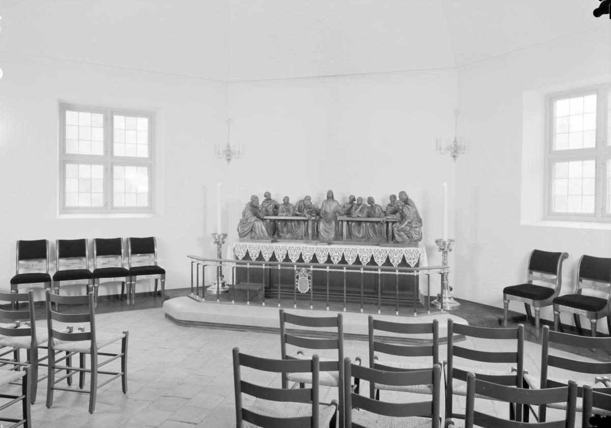 Arkitekturfoto av Oslo domkirke, tidligere Vår Frelsers kirke. Den sto ferdig i 1697, er hovedkirke for Oslo bispedømme og menighetskirke for Oslo domkirkes menighet. Samtidig er kirken landets rikskirke, og benyttes av kongehuset og staten ved offisielle begivenheter som vielser og gravferder..Kirken skiftet navn fra Vår Frelsers kirke til Oslo domkirke i anledning Oslo bys 900-årsjubileum i 1950.