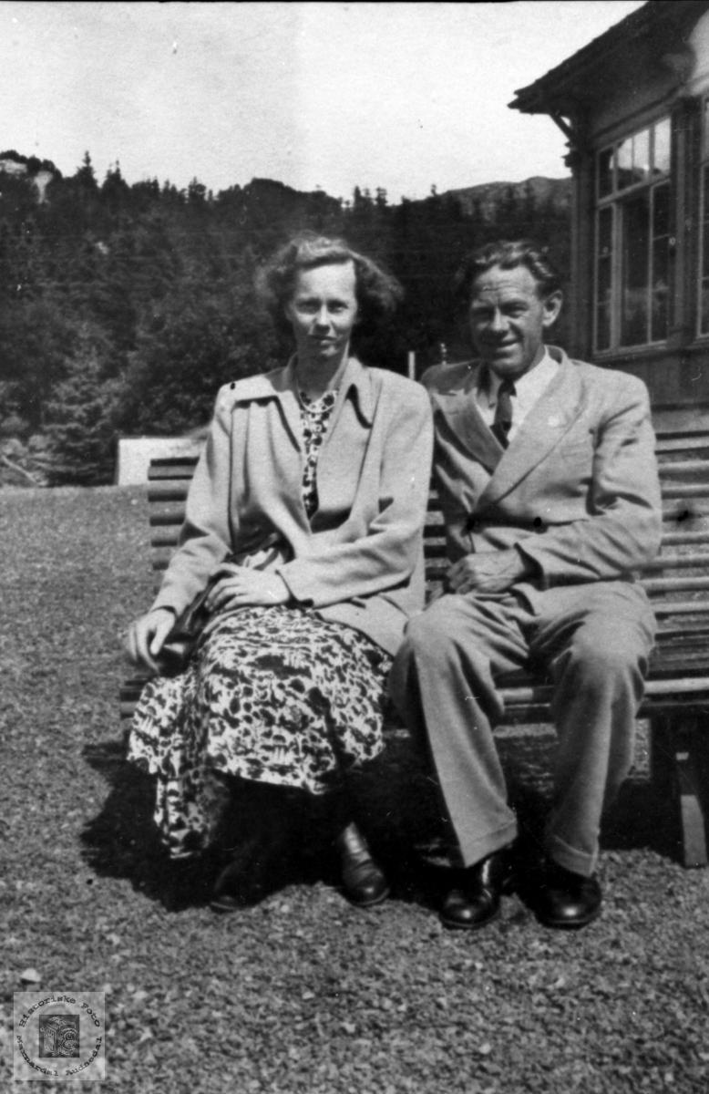 Ekteparet Agnes og Olav Sevrin Laudal på tur til Bergen