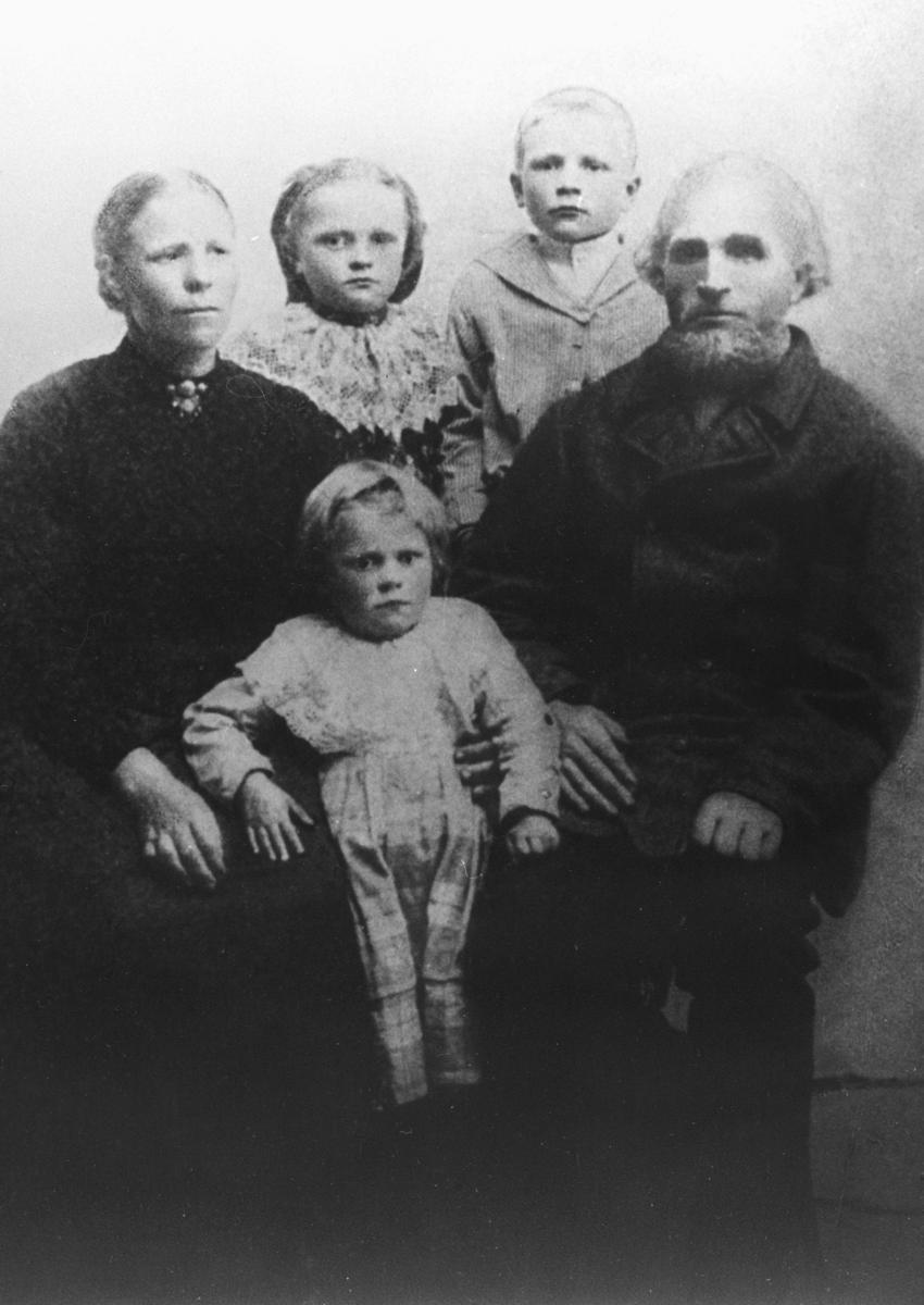 Portrett fra familien Dørmænen fra Vestre Jakobselv. Foreldrene Ragnhild (f.Johannessen) og Sigfred Dørmænen sitter, den yngsta datter Efrosine står mellom dem. To eldste unger, datteren Lydia og sønnen Richard står bak foreldrene. Alle har sine beste stas på seg.