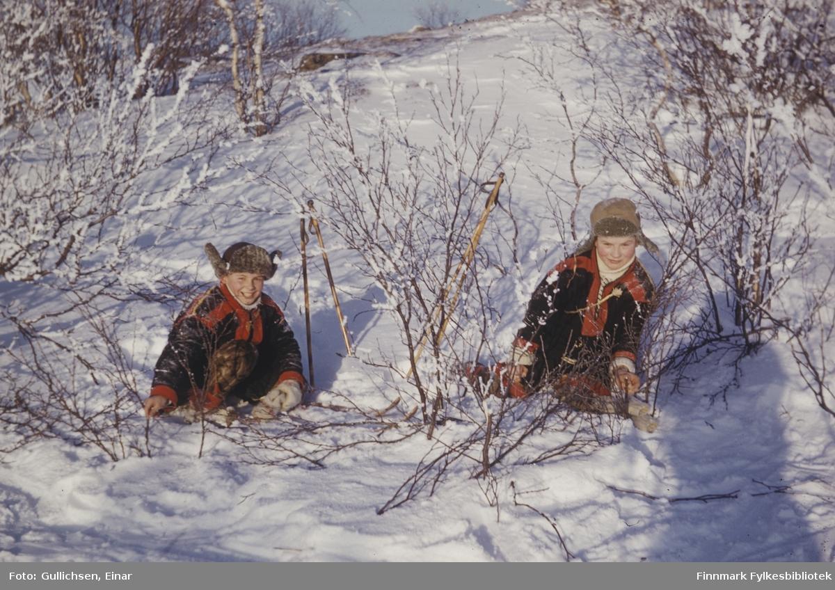To elever, Josef Somby til høyre og Hans Ole Porsanger til venstre på snarefangst.